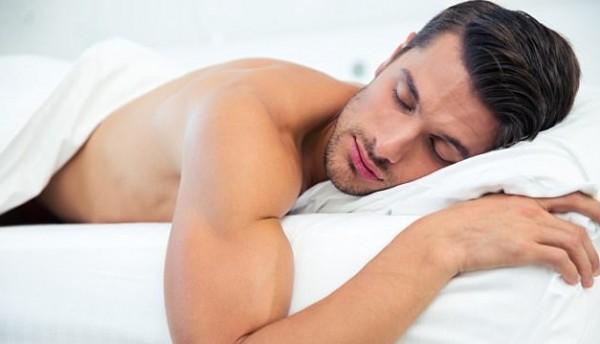 صورة فوائد النوم عاريا , اهميه نزع الملابس قبل النوم