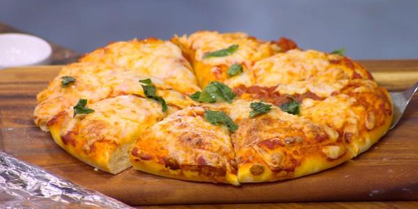 صورة طريقة عمل البيتزا بالصور خطوة خطوة , اسهل طريقه لتحضير البيتزا