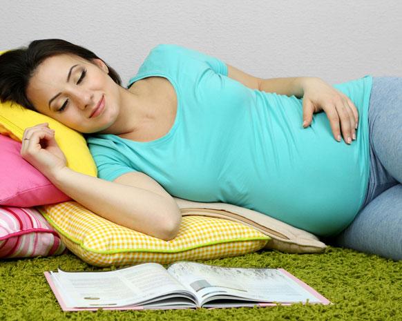 صورة النوم ع الجانب الايمن للحامل , فوائد النوم علي الجانب الايمن و الايسر 4001